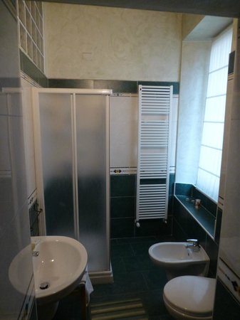 Anfiteatro Bed & Breakfast: Adequately spacious bathroom with shower but no bath