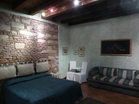 Anfiteatro Bed & Breakfast: Pleasantly appointed room incorporating architectural aspects of the building