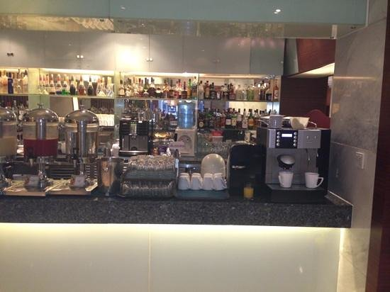 Crowne Plaza Beijing Wangfujing: coffee machine and juice bar