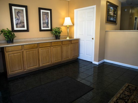 Summer Wind Inn & Suites: Lobby and On site Front Desk