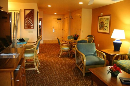 Worldmark Kihei: living area from lanai door to front door