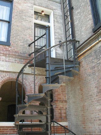 Lemp Mansion Restaurant & Inn: Front doors are locked at night-this is entrance in rear.