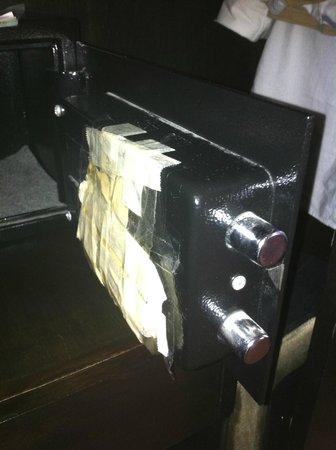 Lancaster Hotel Manila: The safe