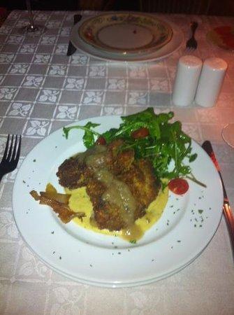 Mas Dali: Manitos de cerdo rebozadas con humus y salsa de pera con Cointreau. De miedo!!