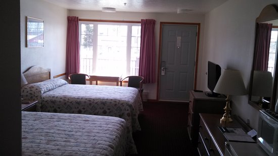 Bishops Country Inn Motel: 2Queen beds with flat screen tv, fridge, microwave