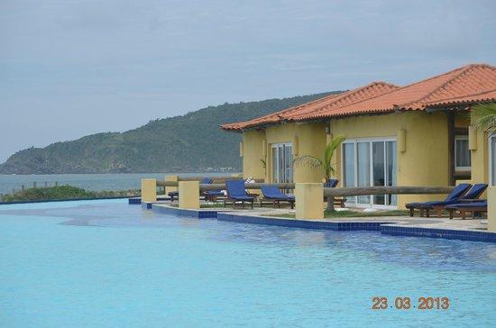 Blue Tree Park Buzios Beach Resort: Vista de apartamentos da piscina com borda infinita
