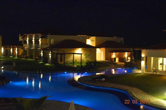 Blue Tree Park Buzios Beach Resort: Vista noturna da psicina
