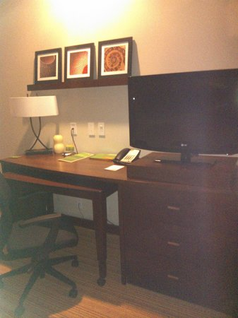 Courtyard by Marriott Mexico City Airport: escritorio y Plasma