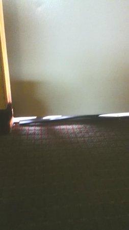 Econo Lodge Inn & Suites: Door threshold broken prevented door from closing completely