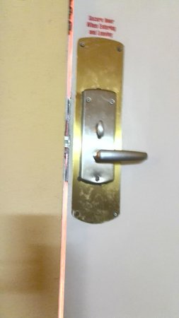Econo Lodge Inn & Suites: Door knob pin is not aligned because of threshold