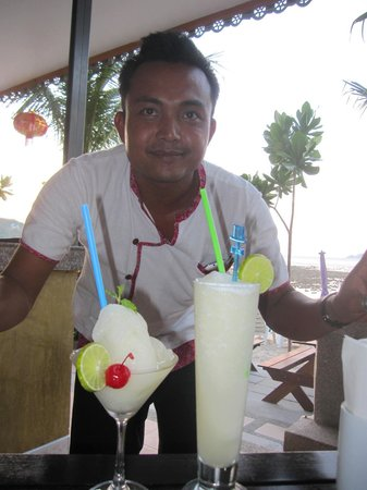 Tri Trang Beach Resort: Frozen Margarita and Pina Colada smoothies with wonderful service - what more could you want