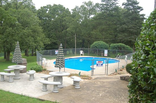Trace Hollow Resort: Lovely pool with ample seating area at the side.