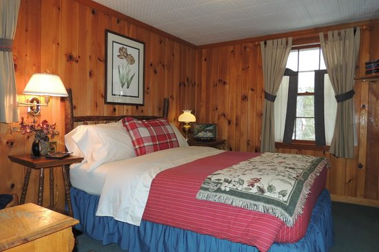 Colonial Pines Inn Bed and Breakfast: The Queen Suite (Bedroom)