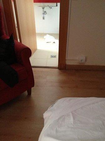 Hotel Platjador: baño al lado de la cama