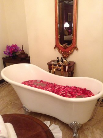 Puripunn Baby Grand Boutique Hotel: Rose petal bath on arrival