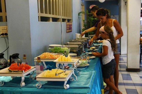 Sawasdee Banglumpoo Inn: Buffet Breakfast line
