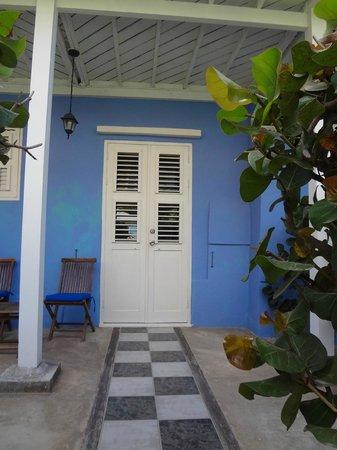 Scuba Lodge & Suites: Lovely exterior at Scuba Lodge