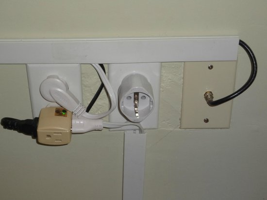 Scuba Lodge & Suites: Only usable outlet in room - items plugged in are hotel AC & ??
