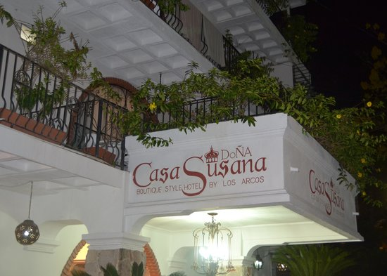 Hotel Casa Dona Susana: The entrance to Casa Dona Susana at night