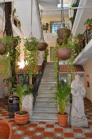 Hotel Casa Doña Susana: The staircase just inside the hotel entrance