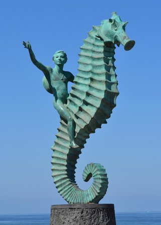 Hotel Casa Dona Susana: One of the many sculptures along the boardwalk
