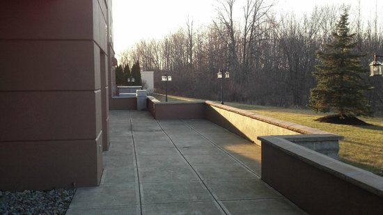 Fairfield Inn & Suites Cleveland Avon: Back Patio outside of hotel