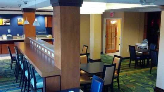 Fairfield Inn & Suites Cleveland Avon: Breakfast Dining Area.