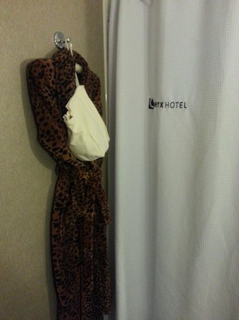 Kimpton Onyx Hotel: Bathrobe & hair dryer