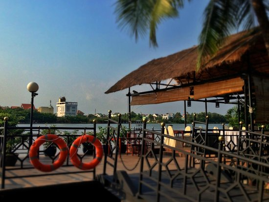 Saigon Domaine Luxury Residences: Floating terrace
