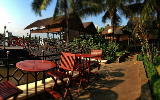 Saigon Domaine Luxury Residences: River garden