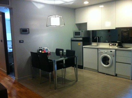 Quad Suites Silom : Kitchen