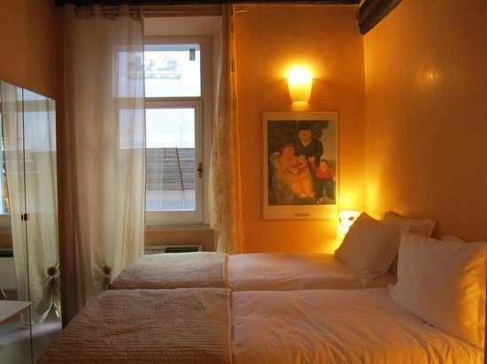 BDB Luxury Rooms Spagna : Window overlook the small street, comfortable bed