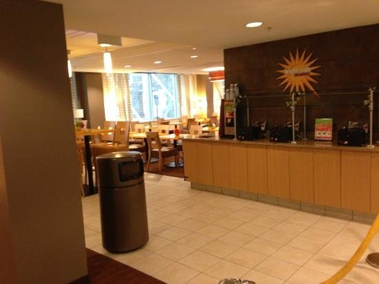 La Quinta Inn & Suites Chicago Downtown: breakfast area. this is on 2nd floor