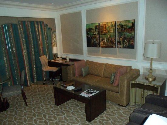 โรงแรมเวเนเชียน รีสอร์ท คาสิโน: couch and desk with digital charging station and printer