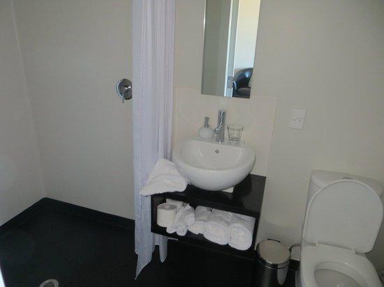 Split Apple Lodge: bathroom vanity