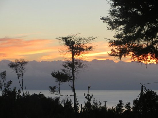 Split Apple Lodge : sunset from the deck ocean side