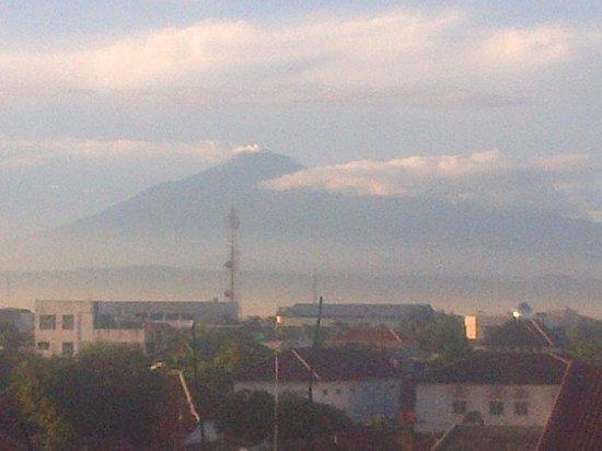 Riez Palace: Gunung Slamet difoto dari Cafe lantai4 pd pagi hari dgn mempergunakan camera Blackberry