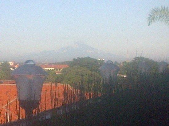 Riez Palace: ke arah Barat terlihat latar belakang gunung Ciremai