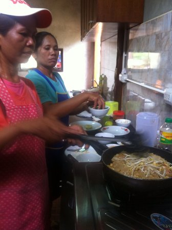 Kanita Resort & Camping: Making Pad Thai at Kanita Resort