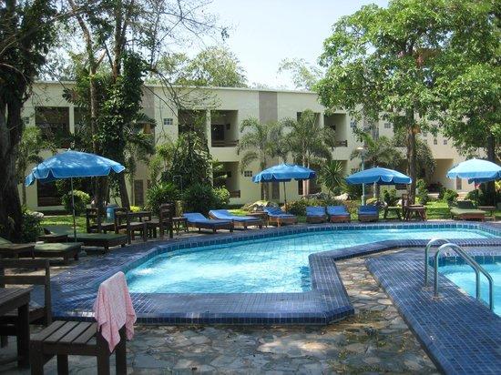 Garden Lodge: Poolbereich Und Neue Häuser. Garden Lodge: Wasserfall Am Pool
