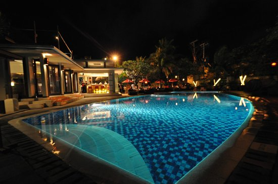 Kuta Seaview Boutique Resort & Spa: hotel pool at night