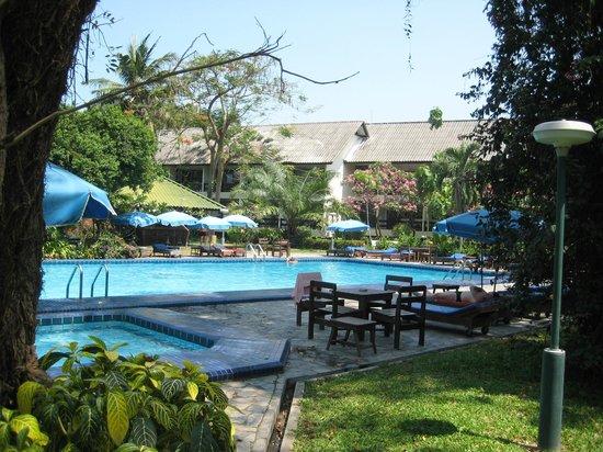 Garden Lodge: Poolbereich mit kleiner Bar im Hintergrund