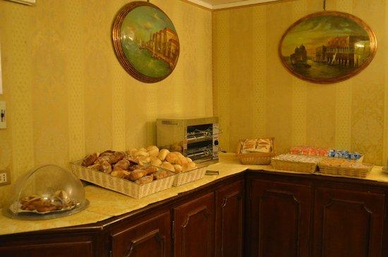 Hotel Canal: Breakfast Spread