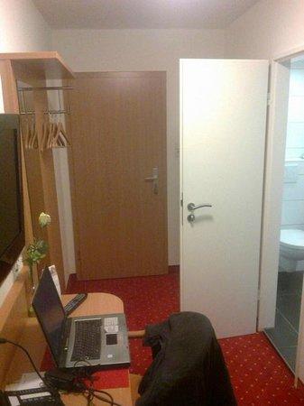 Loewen Hotel: single room