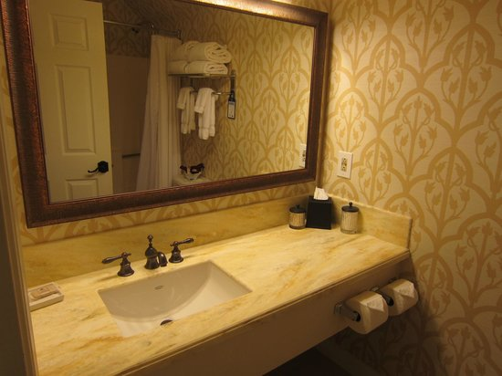 Best Western Plus Elm House Inn : Bathroom sink