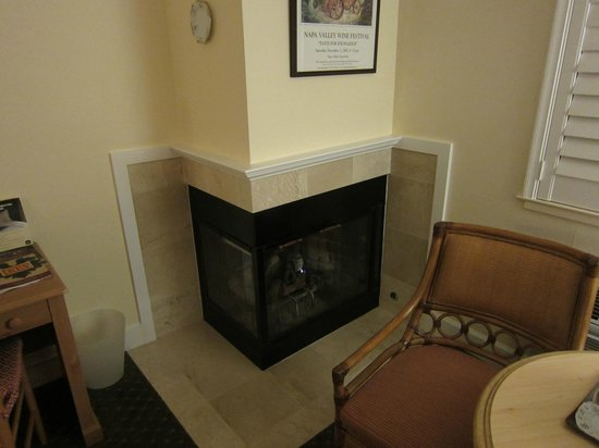 Best Western Plus Elm House Inn : Fireplace in corner of room
