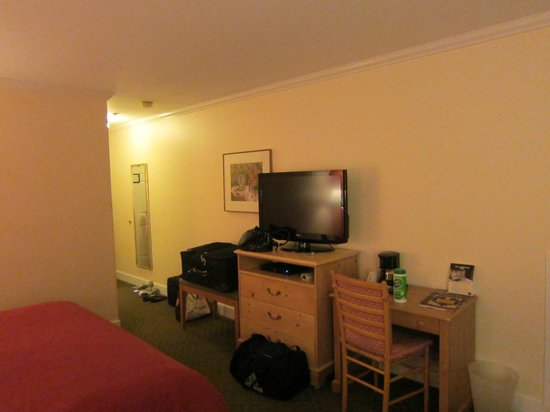 BEST WESTERN PLUS Elm House Inn: View of TV and entrance from other side of bed