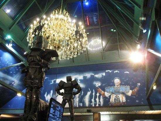 STARLIGHT EXPRESS: Riesiger Kronleuchter in der Vorhalle