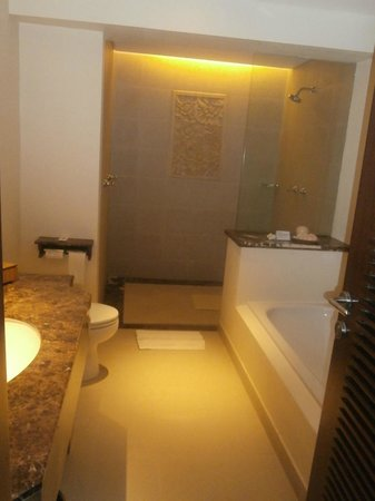 Padma Resort Legian: The stately shower in our room 519