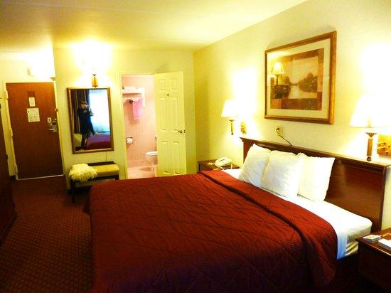 Comfort Inn: お部屋全貌。キングサイズ。横方向でも寝られます。